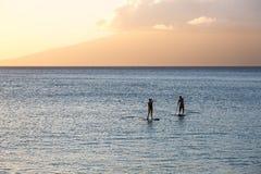两名直立的桨手剪影毛伊的,夏威夷 免版税库存图片