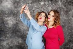 两名美丽的妇女做自已 生活方式和frie的概念 免版税库存图片