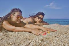 两名美丽的妇女海滩海滨 库存照片