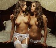 两名美丽的赤裸妇女 免版税库存照片