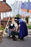 两名老荷兰妇女为茶时间做准备 库存图片