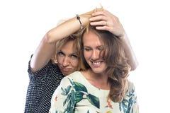 两名耍笑的白肤金发的妇女 图库摄影