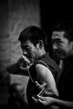 两名色拉寺辩论的修士拉萨西藏 免版税库存图片