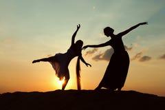 两名跳舞的妇女剪影  免版税库存照片