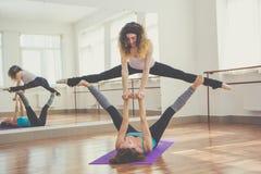 两名适合的妇女做着平衡锻炼 免版税库存照片