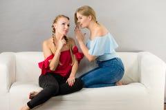 两名青少年妇女说闲话 免版税库存照片