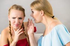 两名青少年妇女说闲话 库存图片