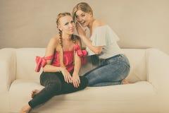 两名青少年妇女说闲话 免版税图库摄影