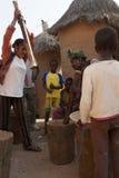 两名非洲妇女使用一根杵 库存照片