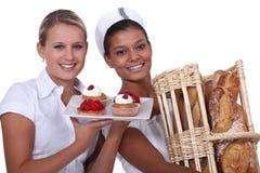 两名面包店工作者 免版税库存照片