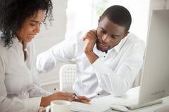 两名黑人工作者谈论企业想法在办公室 库存照片