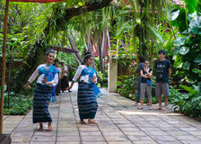 两名年轻Thailandee妇女在吉姆的跳舞传统泰国舞蹈 库存图片