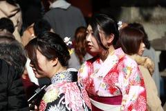 两和服礼服的妇女在日语的旅行家中祀奉 免版税库存照片