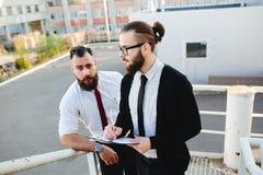 两商人在工作 免版税图库摄影