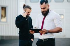 两商人在工作 图库摄影