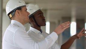 两商人谈论项目在建造场所 库存图片