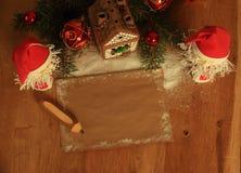 两圣诞老人和空白纸圣诞节问候的 库存图片