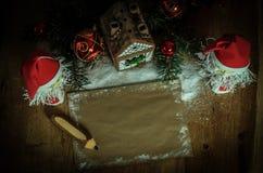 两圣诞老人和空白纸圣诞节问候的 免版税库存照片