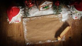 两圣诞老人和空白纸圣诞节问候的 免版税库存图片