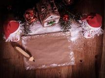 两圣诞老人和空白纸圣诞节问候的 图库摄影