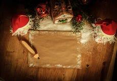 两圣诞老人和空白纸圣诞节问候的 库存照片