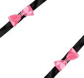 两在一条黑丝带的桃红色弓 免版税库存照片