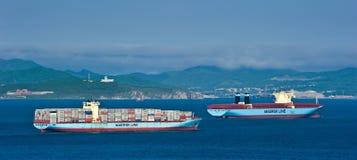 两在不冻港海湾的集装箱船马士基 俄国的远东 东部(日本)海 27 05 2014年 免版税库存图片