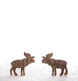 两在与s的白色背景隔绝的木手工制造驯鹿 库存图片