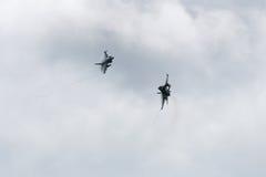 两在云彩的F-16战斗机 免版税库存照片