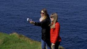 两在他们的旅途上的年轻女人沿爱尔兰西海岸 股票录像