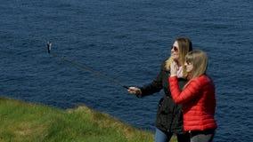 两在他们的旅途上的年轻女人沿爱尔兰西海岸 股票视频