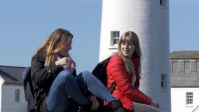 两在他们的旅途上的年轻女人沿爱尔兰西海岸 影视素材