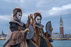 两在圣乔治海岛掩没了服装的妇女有爱好者的,有圣后边标记正方形和钟楼的 库存照片
