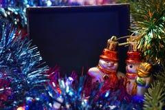 两在圣诞树附近的雪人 库存图片