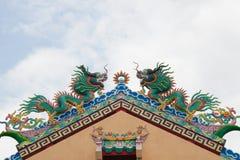 两在屋顶的五颜六色的龙雕象 库存照片