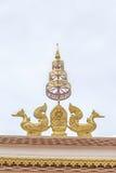 两在屋顶的抽象雕塑金黄天鹅在公开寺庙 免版税库存图片