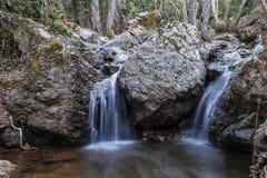两在岩石的小瀑布 库存照片