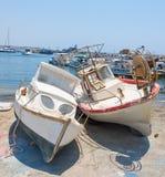 两在岸的老小船 免版税库存图片