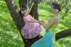 两在春天庭院里 图库摄影