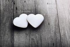 两在木板的白色心形的曲奇饼 图库摄影