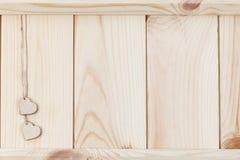 两在木背景,卡片的心脏为华伦泰` s天 免版税图库摄影
