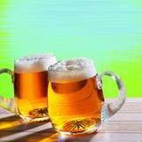 两在桌上的啤酒有现代背景 免版税库存图片