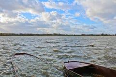 两在池塘的船有多云天空的 捷克横向 库存照片