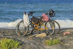 两在海滩的自行车 免版税库存图片