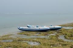 两在海洋海滩的独木舟 免版税库存图片