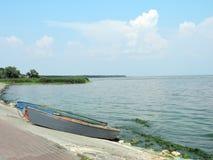 两在湖附近的小船 免版税库存照片