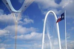 两在现代城市达拉斯的玛格丽特桥梁 免版税库存图片