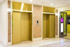 两在现代大厦的豪华电梯 库存图片