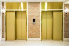 两在现代大厦的豪华电梯 免版税库存图片