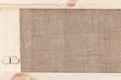 两在用粗麻布报道的木背景,一张卡片的心脏为华伦泰` s天 免版税图库摄影